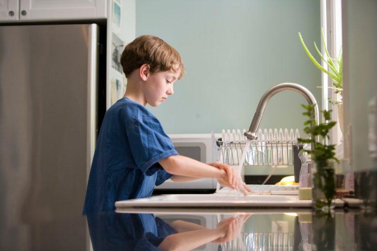 20 seconden handen wassen na het buitenspelen en het plassen